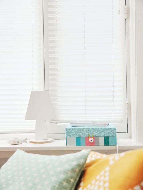 White Venetian Blinds for Bedroom Decor Inspiration